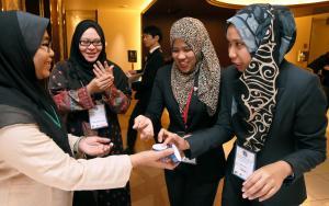 ハラル化粧品の保湿ジェルを試すマレーシアから来た大学生