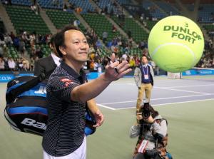 ファンにサインボールを投げ返すマイケル・チャンさん=2014年11月22日、川村直子撮影