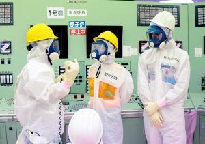 島第一原発1、2号機中央制御室を視察する、キャロライン・ケネディ駐日米大使(中央)=2014年5月14日、福島県大熊町、代表撮影