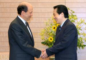 ルース駐日米大使(左)と握手を交わす菅直人首相=2010年6月22日