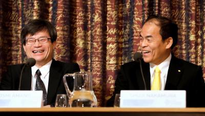 スウェーデンの王立科学アカデミーで会見し、笑顔を見せる中村修二教授(右)と天野浩教授=2014年12月7日