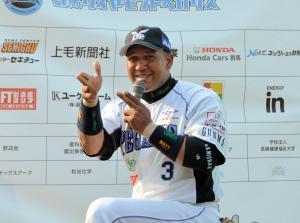 「ゲッツ」のポーズでファンを沸かせるラミレス選手=2014年4月、高崎市の高崎城南球場