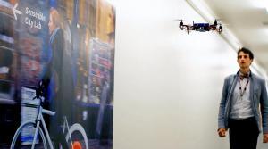 マサチューセッツ工科大が開発中の道案内ロボット「スカイコール」。小型の無人機が目的地に連れていってくれる