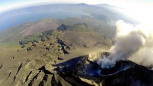 無人機が撮影した噴煙を上げる桜島昭和火口と鹿児島湾=2014年12月9日、東北大学・国際航業・エンルート提供