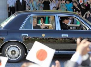 車の中から沿道の人たちに手をふる天皇、皇后両陛下=2012年9月28日、岐阜県羽島市