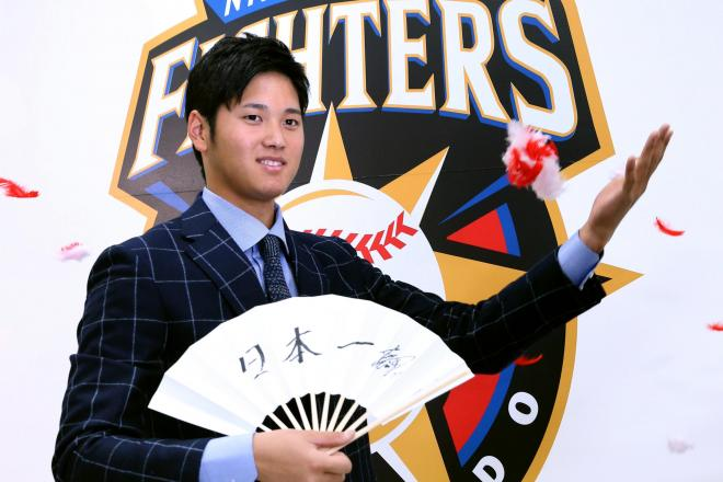契約更改を終え、記念撮影をする日本ハムの大谷翔平選手
