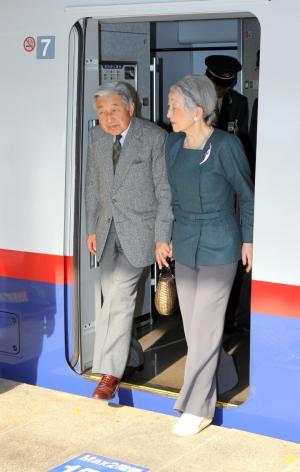 長野から新幹線で帰京した天皇、皇后両陛下=2013年4月16日