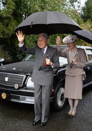 沿道の人たちに手を振る天皇、皇后両陛下=2013年10月5日