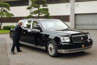 天皇、皇后両陛下専用の御料車「センチュリーロイヤル」。ナンバープレートの場所には金色の菊の紋章=2006年7月撮影