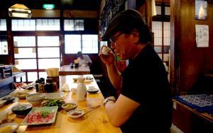 酒は白鷹、つまみはどじょう丸煮、馬刺し、イカ刺しでスタートする吉田類さん