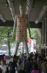 古着をリサイクルして作ったドレスをまとった名古屋のナナちゃん=2000年5月25日