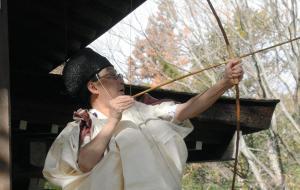 鬼門の方向に矢を放ち厄払いをする神職=2014年2月3日、甲府市古府中町の武田神社
