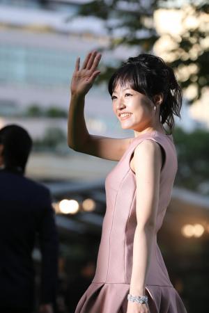 東京国際映画祭のグリーンカーペットで手を振って応える俳優の井上真央さん=2012年10月20日
