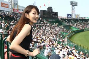 甲子園で観戦する波瑠さん=2010年8月