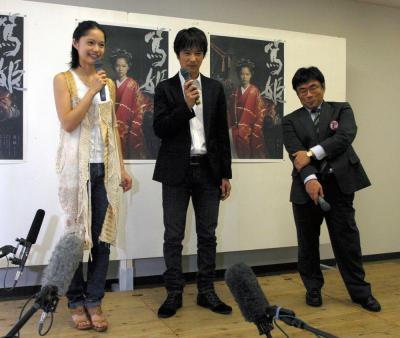 「篤姫」主演の宮﨑あおいさん(左)。中央は徳川家定役の堺雅人さん=2008年7月