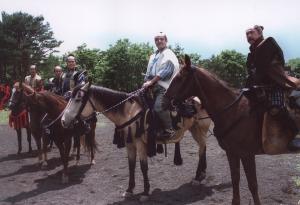 「葵 徳川三代」の撮影に入る津川雅彦さん(右から2人目)ら出演者=1999年6月、静岡県御殿場市で
