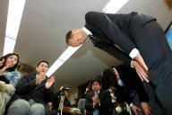 落選が決まり、集まった支持者らに頭を下げる樋渡啓祐氏。勝敗を分けたのは何だったのか?