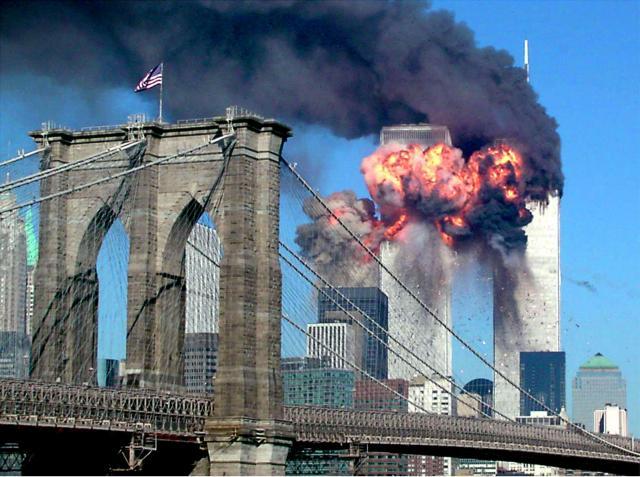 「9.11テロ」で飛行機が衝突し、炎上する世界貿易センタービル=米ニューヨーク、2001年9月11日