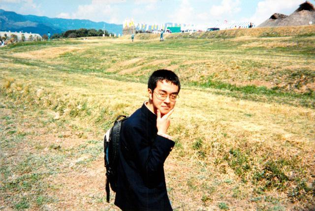 高校2年生の時、九州への修学旅行で。ヒャダインさんは「高校時代は暗黒、ドブでしたね」と振り返る=スターダスト音楽出版提供