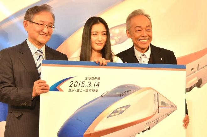 谷村新司さん、仲間由紀恵さんと、JR西日本の真鍋精志社長(左)