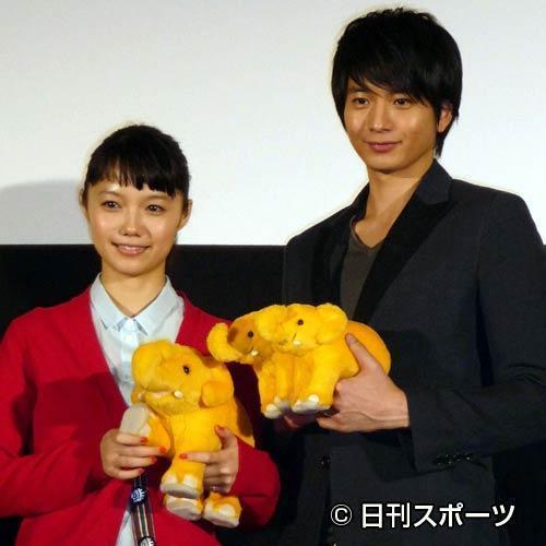 映画「きいろいゾウ」大ヒット記念舞台あいさつを行った宮崎あおいさん(左)と向井理さん=日刊スポーツ