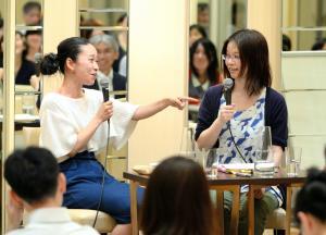 津村記久子さん(右)と対談する西加奈子さん=2013年6月