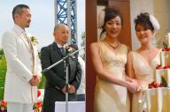 牧師に愛を誓う男性カップル(左)、ケーキカットをする元タカラジェンヌの東小雪さんとパートナーの増原裕子さん。法的には認められていない同性婚だが、企業の側から後押しする動きが広まっている
