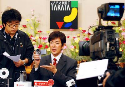 収録スタジオでスタッフとリハーサルする高田明さん=2006年9月4日