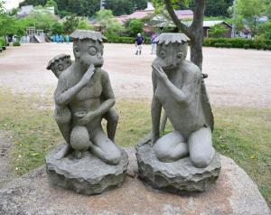隠岐の島の西郷かっぱ公園にある彫刻家清水洋一さんの「ふれあいかっぱ」=隠岐の島町西町