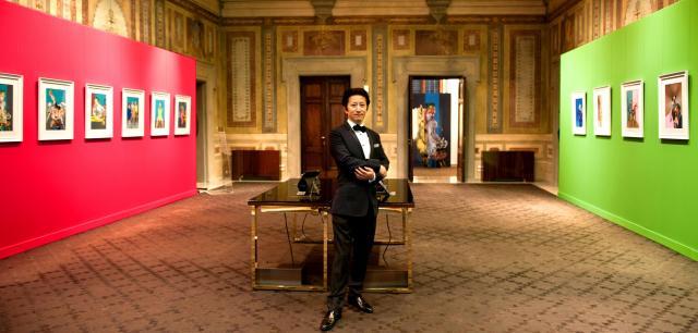 荒木飛呂彦さん。フィレンツェの個展会場で=2013年9月14日の朝日新聞