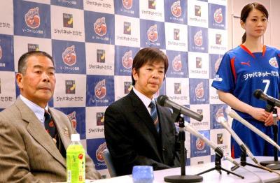 「こんな(不況の)時期だからこそ、世の中に感動を伝えて元気にしたい」と、地元サッカーチーム「V・ファーレン長崎」の公式スポンサーに=2009年2月27日