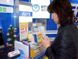光回線のIP電話の体験コーナー=東京・新宿のビックカメラの新宿西口店で