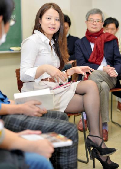 学生時代を過ごした慶応SFC福田和也研究室で講義する鈴木涼美さん。学生に自身のこれまでの体験を話した=9日午後、瀬戸口翼撮影