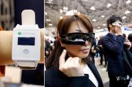 ウェアラブルEXSPOで展示された日常生活や運動時の消費カロリーを計算する腕時計型端末(左)、長距離走やトライアスロンなどの時に着けるスポーツグラス型の端末
