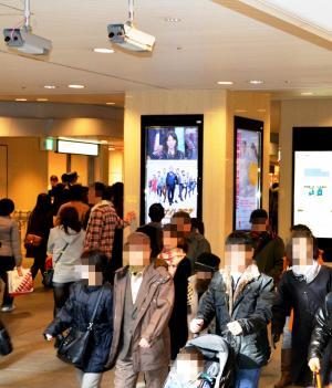 地下通路に設置された顔認証用カメラ=大阪市北区の大阪ステーションシティ(画像の一部を加工しています)=2014年1月