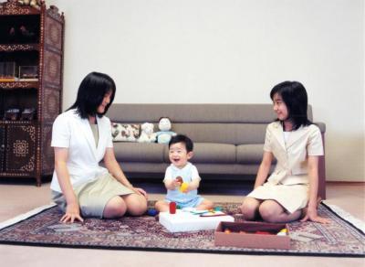 眞子さまと一緒に、悠仁さまと遊ぶ佳子さま(右)=2007年8月、宮内庁提供