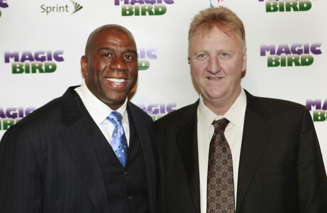 2012年、「ドリームチーム」のチームメイトだったマジック・ジョンソン(左)と並ぶラリー・バード