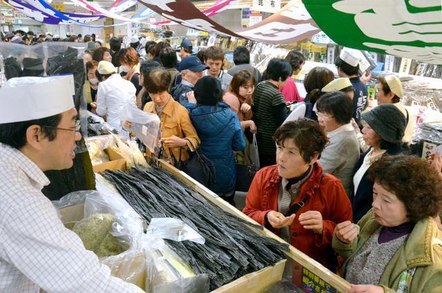 北海道の物産と観光展の昆布売り場は押すな押すなの大盛況だった=2014年11月19日、鹿児島市金生町の山形屋