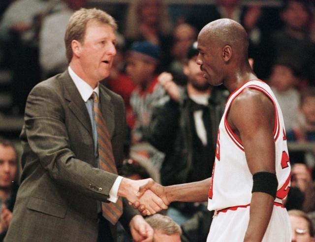 1998年、NBAのオールスターゲームで握手するラリー・バード(左)とマイケル・ジョーダン