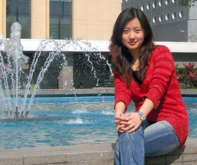 大学の卒業旅行で香港を訪れ記念撮影する段文凝さん=本人提供