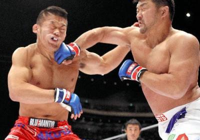 吉田秀彦の右フックを顔面に受けた石井慧(左)=2009年12月31日、日刊スポーツ提供