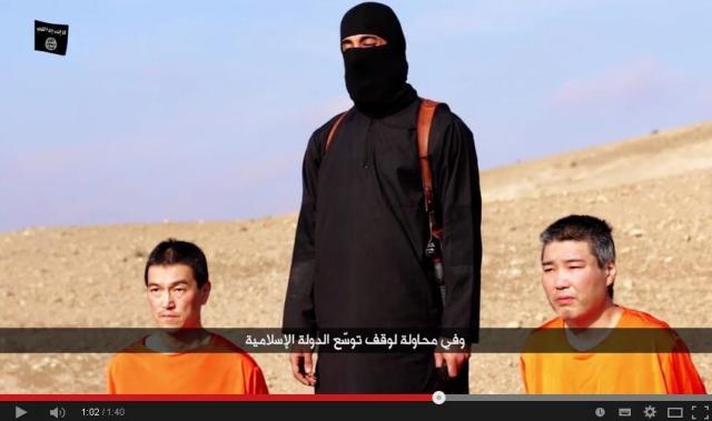 湯川遥菜さんと後藤健二さんと見られる男性2人をイスラム国が拘束し、殺害予告する映像から。引用元の動画が削除されたため、リンクは張っていません