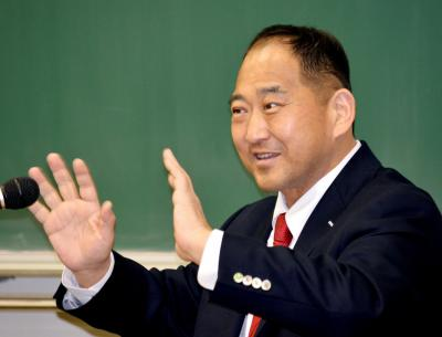 大学で講演する斉藤仁さん=2014年2月15日