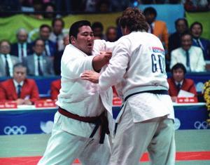 ソウル五輪柔道男子95キロ超級決勝を戦う斉藤仁さん(左)=1988年10月1日