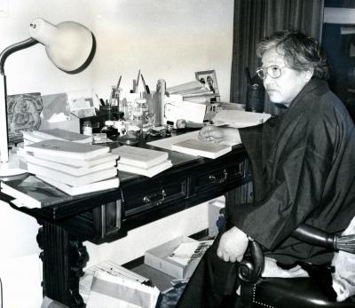 神戸市灘区の自宅書斎で執筆する陳舜臣さん=1981年