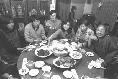 自宅で中華風正月料理を囲む、陳舜臣さん(右端)と家族=1982年1月3日