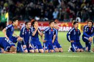 2010年W杯南アフリカ大会でPK戦の末、パラグアイに敗れた日本代表の選手たち。(左から)本田、長谷部、闘莉王、岡崎、長友、中村憲、駒野、遠藤
