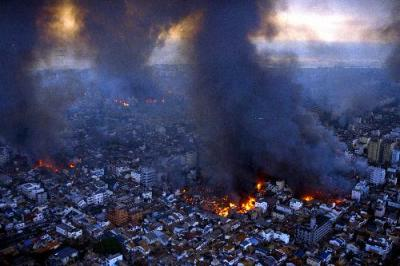 地震のあと各所から火災が発生、黒煙が何本も上がる神戸市長田区の市街地。朝日新聞社ヘリから