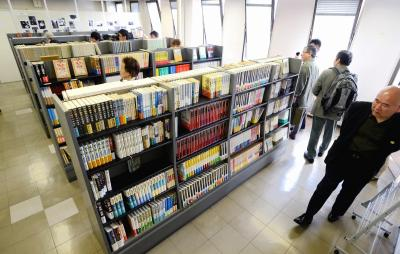 「プレオープン」した陳舜臣アジア文藝館。陳さんの著作などが並ぶ=2014年5月6日