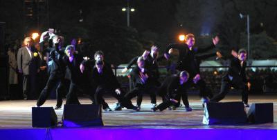 天皇陛下即位20年を祝う国民祭典でダンスを披露するEXILEのメンバー=2009年11月